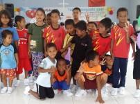 원주민 아이들에게 운동화 보급